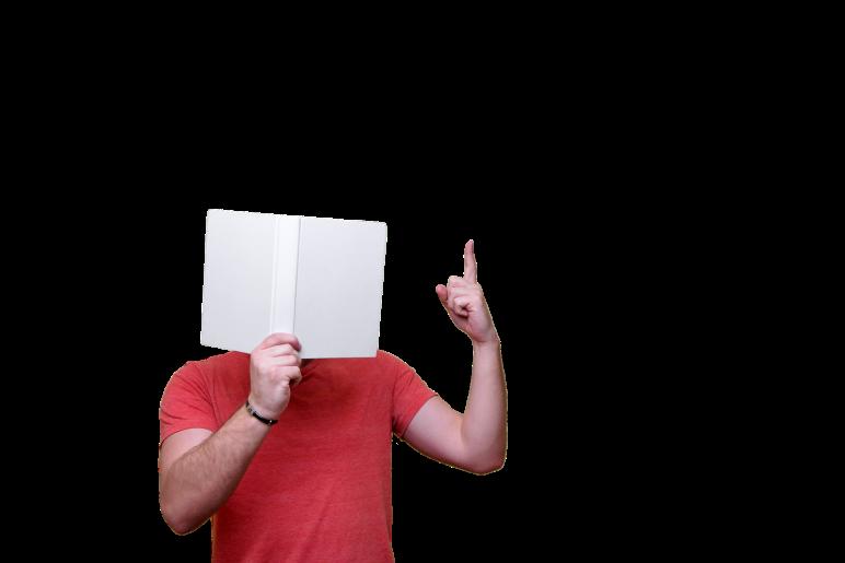 hombre con cara tapada con un libro